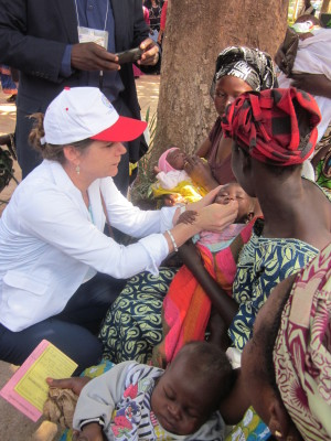 Kathy-Neuzil-vaccinating-a-child-in-Mali.-300x400